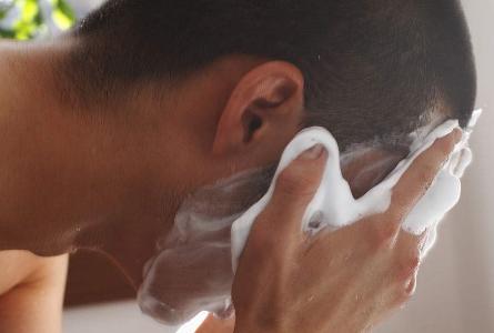 男生用洗面奶清洁面部
